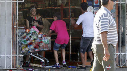 Looters leave a supermarket in Cordoba, Argentina, on December 3, 2013.(AFP Photo / STR)