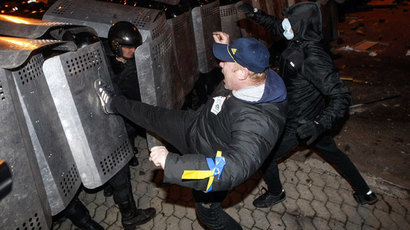 Protesters try to break through police lines near the presidential administration building during a rally held by supporters of EU integration in Kiev, December 1, 2013.(Reuters / Sergii Polezhaka)