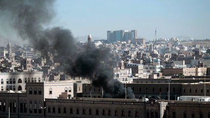 Smoke rises from the Defence Ministry's compound after an attack, in Sanaa December 5, 2013.(Reuters / Khaled Abdullah)
