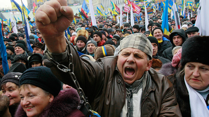 A man shouts slogans during a rally organized by supporters of EU integration at Maidan Nezalezhnosti or Independence Square in central Kiev, December 8, 2013 (Reuters / Gleb Garanich)