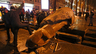 Protesters topple Lenin monument in Kiev, smash to pieces with hammers (PHOTOS)