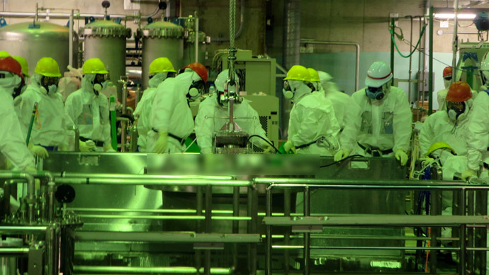 This handout picture taken by Tokyo Electric Power Co (TEPCO) on November 22, 2013 shows TEPCO workers operating to move nuclear fuel rods to a pool as TEPCO transfers the fuel rods from crippled unit four reactor building to the different pool at TEPCO's Fukushima Dai-ichi nuclear plant at Okuma town in Fukushima prefecture.  (AFP Photo/TEPCO)