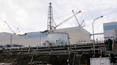 Workers wearing protective suits and masks are seen from coastal side, in front of the No. 3 reactor building at the tsunami-crippled TEPCO's Fukushima Daiichi nuclear power plant in Fukushima prefecture, November 7, 2013.(Reuters / Kimimasa Mayama)