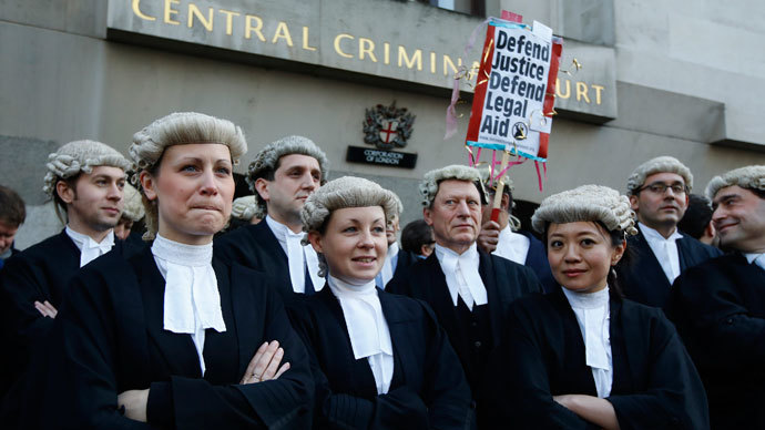 Trial lawyers demonstrate the Old Bailey courthouse in London January 6, 2014.(Reuters / Luke MacGregor)
