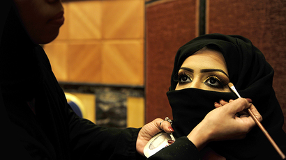 A Saudi woman applies makeup on a model (AFP Photo / Amer Hilabi)