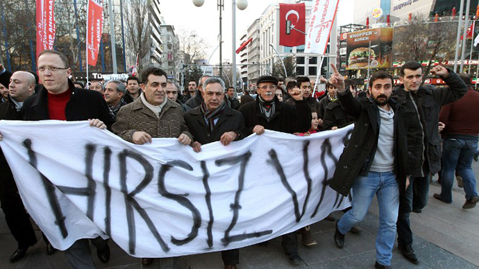 "People hold a banner reading ""catch the thief! "" during a protest on December 28, 2013 in Ankara against corruption and the Government. (AFP Photo / Adem Altan)"