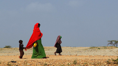 A woman and her children walk to the Transit Centre to find water in Dolo Ado, Ethiopia (AFP Photo/William Davies)