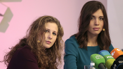 Pussy Riot members Nadezhda Tolokonnikova (R) and Maria Alyokhina talk to the media during a news conference in Moscow, December 27, 2013. (Reuters / Tatyana Makeyeva)