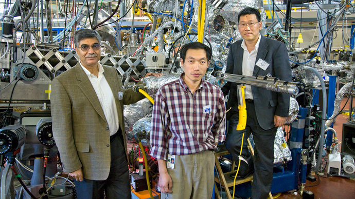 3DTDS research co-authors Zahid Hussain (L) and Zhi-Xun Shen (R) pose with Wanli Yang next to Beamline 10.0.1 at Berkeley Lab's Advanced Light Source (ALS) facility. (Photo from lbl.gov)