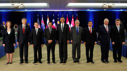 U.S. President Barack Obama (C) poses with the Trans-Pacific Partnership Leaders at the Hale Koa Hotel during the APEC Summit in Honolulu, Hawaii, November 12, 2011.(Reuters / Larry Downing)