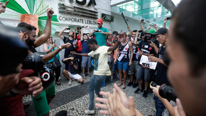 "Participants of the ""Rolezinho"" movement dance in front of the Shopping Leblon, which closed its doors to avoid the event, in Rio de Janeiro January 19, 2014 (Reuters / Ricardo Moraes)"