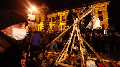 Protesters build a catapult to throw stones during clashes with police in Kiev January 20, 2014. (Reuters / Vasily Fedosenko)