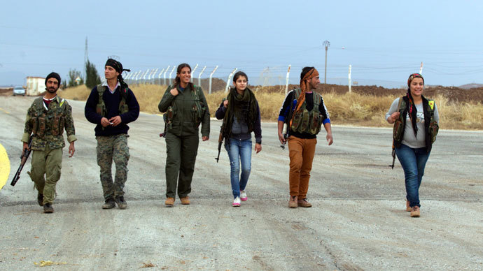 Members of the Kurdish People's Protection Units (YPG) walk together in Al-Rmelan, Qamshli province November 11, 2013.(Reuters / Stringer)