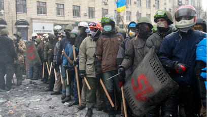 Havoc unleashed: Footage shows Ukrainian rioters brutally assaulting police (VIDEO)