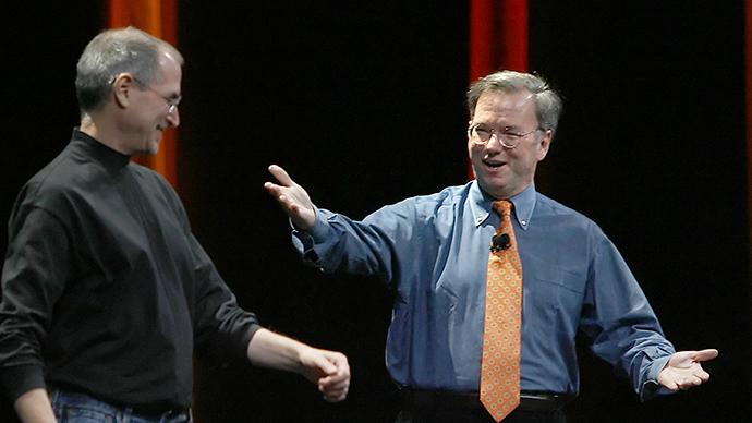 ARCHIVE PHOTO. Apple chief executive Steve Jobs, (left) introduces Google chief executive officer Dr. Eric Schmidt. (AFP Photo / Tony Avelar)