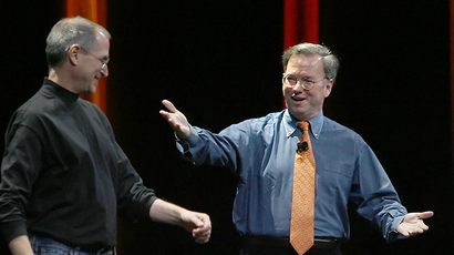 ARCHIVE PHOTO. Apple chief executive Steve Jobs, (left) introduces Google chief executive officer Dr. Eric Schmidt. (AFP Photo / Tony Avelar)