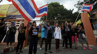Thai anti-government protesters gather outside a polling station in a bid to prevent people from voting in Narathiwat, southern Thailand on January 26, 2014 (AFP Photo / Madaree Tohlala)