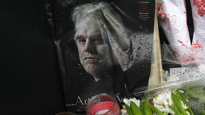 A memorial for movie actor Philip Seymour Hoffman is displayed in front of his apartment building in New York February 3, 2014. (Reuters / Joshua Lott)