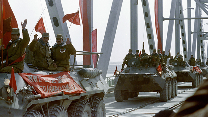 Red Army soldiers cross the Amu Darya river at the Soviet-Afghan border in Termez on February 15, 1989  during Soviet Army withdrawal from Afghanistan. (AFP Photo / Vitaly Armand)