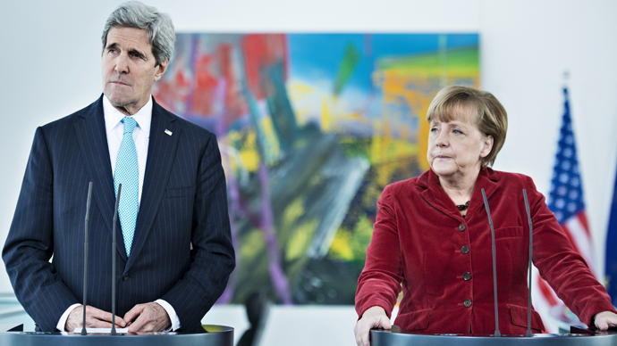 US Secretary of State John Kerry (L) and German Chancellor Angela Merkel (R) (AFP Photo / Brendan Smialovsky)