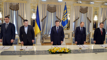 (From L) The head of the Udar (Punch) party Vitalii Klitschko, the head of the Svoboda party Oleh Tyagnybok, Ukrainian President Viktor Yanukovych, the head of Batkivcshchyna party Arseniy Yatsenyuk and Polish Foreign Minister Radoslaw Sikorski (out of the picture) stand for an homage to people who died during clashes in Kiev before signing an agreement on February 21, 2014. (AFP Photo)