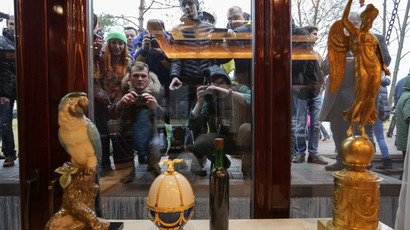 People look through windows of the Mezhyhirya residence of Ukraine's President Viktor Yanukovich  in the village Novi Petrivtsi, outside Kiev February 22, 2014. (Reuters / Konstantin Chernichkin)