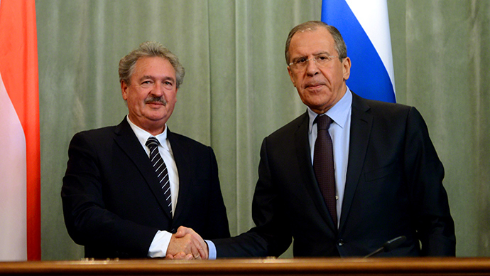 Russia's Foreign Minister Sergei Lavrov (R) shakes hands with his Luxembourg's counterpart Jean Asselborn during a press conference following their meeting in Moscow on February 25, 2014 (AFP Photo / Vasily Maximov)