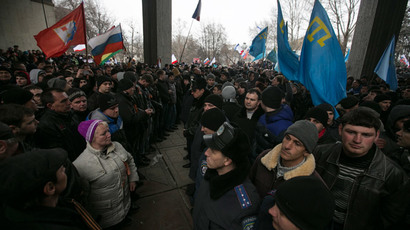 Ukrainian police separate ethnic Russians (L) and Crimean Tatars during rallies near the Crimean parliament building in Simferopol February 26, 2014. (Reuters / Baz Ratner)