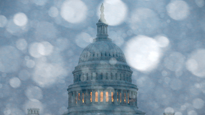 Snow falls in front of the U.S. Capitol on March 3, 2014 in Washington, DC. (AFP Photo / Mark Wilson)