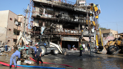 Municipality workers clean the area in the aftermath of an explosion in the Karrada commercial district in Baghdad (AFP Photo / Ali Al-Saidi)