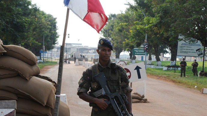 A French soldier takes part in a securing mission at the entrance of Bangui's airport, Central African Republic (AFP Photo / Sia Kambou)