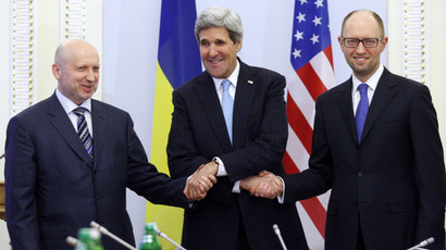 US Secretary of State John Kerry (C), Oleksandr Turchynov, Parliament Speaker and Ukraine's interim President (L) and Ukrainian Prime Minister Arseniy Yatsenyuk shake hands during their talks in Kiev on March 4, 2014. (AFP Photo/Yury Kirnichny)