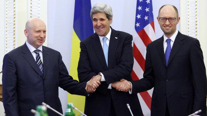 US Secretary of State John Kerry (C), Oleksandr Turchynov, Parliament Speaker and Ukraine's interim President (L) and Ukrainian Prime Minister Arseniy Yatsenyuk shake hands during their talks in Kiev on March 4, 2014. (AFP Photo/Yury Kirnichny)
