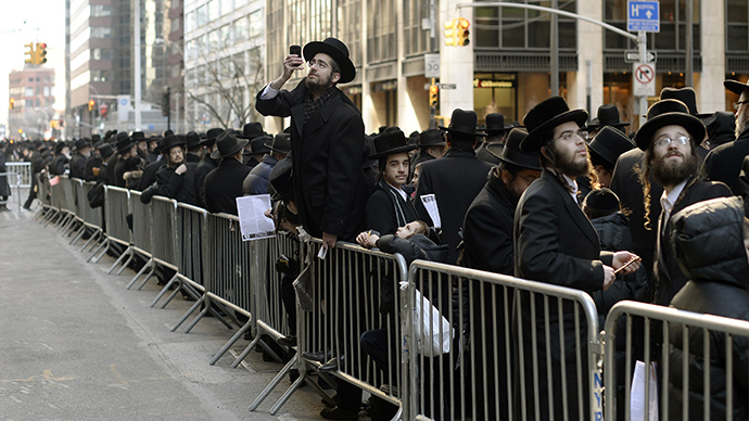 Thousands of Orthodox Jews gather on Water Street in lower Manhattan March 9, 2014 to pray and protest against the current effort by the Israeli government to pass a law to draft religious Jews into its army (AFP Photo / Timothy A. Clary)