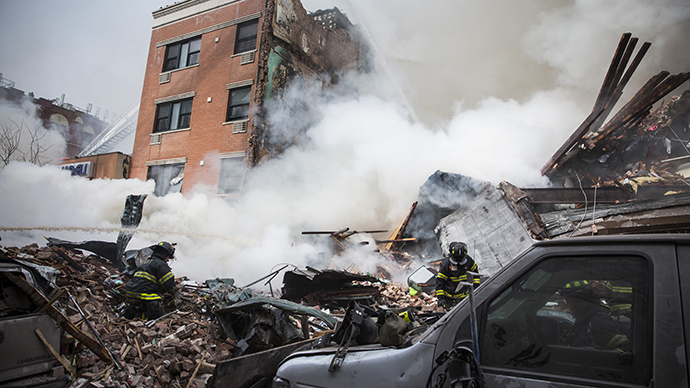 Heavy smoke pours from the debris as the Fire Department of New York (FDNY) responds to a 5-alarm fire and building collapse at 1646 Park Ave in the Harlem neighborhood of Manhattan March 12, 2014 in New York City (AFP Photo / Andrew Burton)