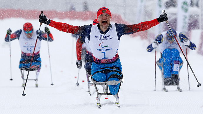 Russia's Roman Petushkov celebrates his gold medal during the men's 1 km sprint cross-country sitting at the 2014 Sochi Paralympic Winter Games in Rosa Khutor, March 12, 2014 (Reuters / Alexander Demianchuk)