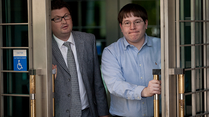 Former Reuters social media editor Matthew Keys (R) leaves the federal courthouse after being arraigned April 23, 2013 in Sacramento, California. (AFP Photo / Getty Images / Max Whittaker)