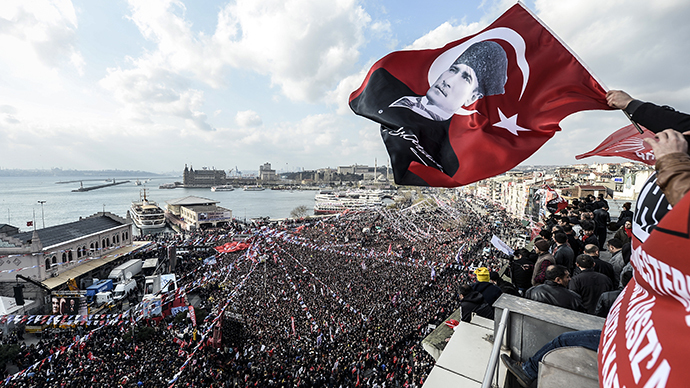 Supporters of Turkey's main opposition Republican People's Party (CHP) wave Turkish and party flags during an election rally at Kadikoy in Istanbul on March 29, 2014. (AFP Photo / Bulent Kilic)