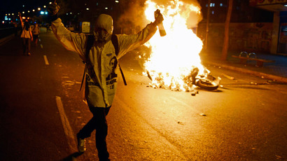 Anti-government set a barricade on fire during a protest, in Caracas on March 31, 2014. (AFP Photo / Juan Barreto)