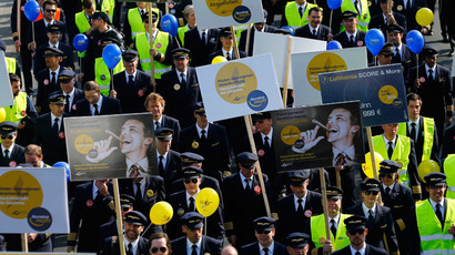 Pilots of German airline Lufthansa take part in a demonstration during strike action at Fraport airport in Frankfurt April 2, 2014. (Reuters / Kai Pfaffenbach)