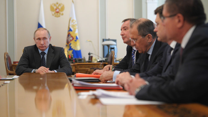 President Vladimir Putin (L) chairs a meeting with government members at the Novo-Ogaryovo residence. (RIA Novosti / Alexei Druzhinin)