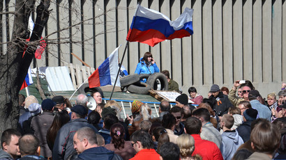Supporters of a referendum on the region's status rally outside the Security Service of Ukraine headquarters in Lugansk. (RIA Novosti / Yuri Streltsov)