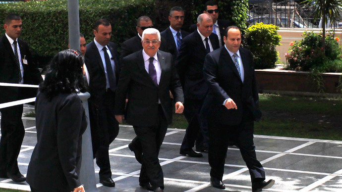 Palestinian President Mahmoud Abbas (C) arrives for an Arab Foreign Ministers' meeting at the Arab League headquarters in Cairo April 9, 2014. (Reuters / Asmaa Waguih)
