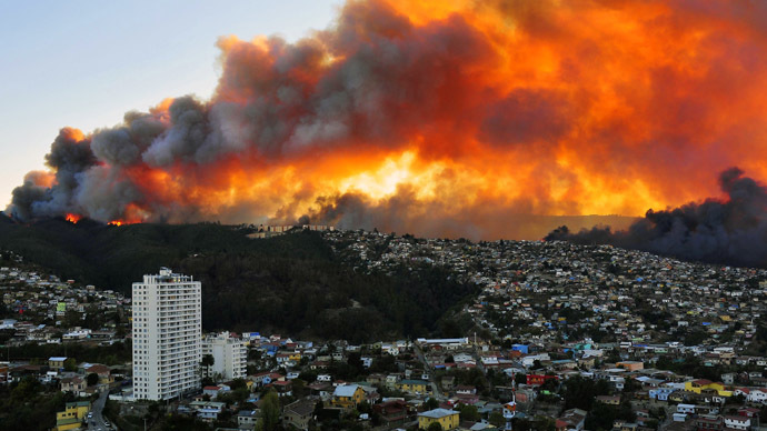 View of houses in flames during a fire in Valparaiso, 110 km west of Santiago, Chile, on April 12, 2014. (AFP Photo/Alberto Miranda)