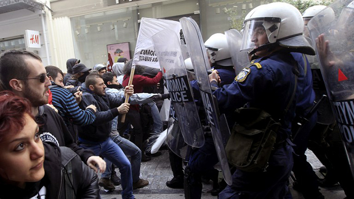 Riot police clash with demonstrators protesting against the opening of shops on Sundays and the extension of their working hours at Athens' central shopping district on April 13, 2014. (AFP Photo)
