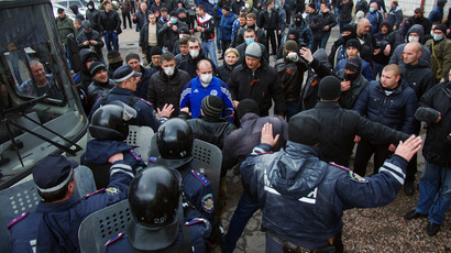 Ukrainian police try to stop anti-government activists from storming the regional police building in the eastern Ukrainian city of Horlivka (Gorlovka), near Donetsk, on April 14, 2014. (AFP Photo / Alexey Kravtsov)