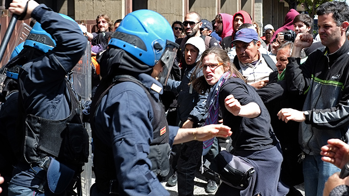 Protesters clash with police during the occupation of a building by associations that campaign for housing rights on April 16, 2014 in Rome (AFP Photo / Alberto Pizzoli)