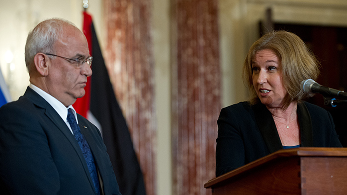 Israel's chief negotiator and Justice Minister Tzipi Livni (R) turns to chief Palestinian negotiator Saeb Erakat (L) (AFP Photo)