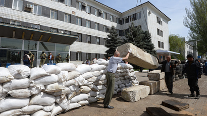 Pro-federalization supporters and city residents make barricades using concrete blocks near the city council  building in Konstantinovka in Donetsk Region (RIA Novosti / Mikhail Voskresensky)