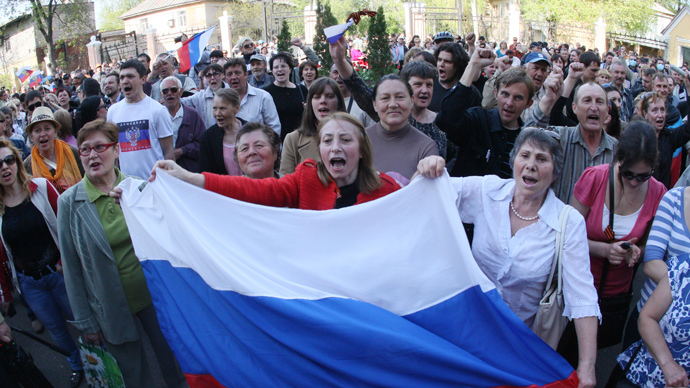 Anti-Kiev activists hold Russian flags and shout slogans during a rally outside a regional television station in the eastern Ukrainian city of Donetsk, on April 27, 2014 (AFP Photo / Alexander Khudoteply)